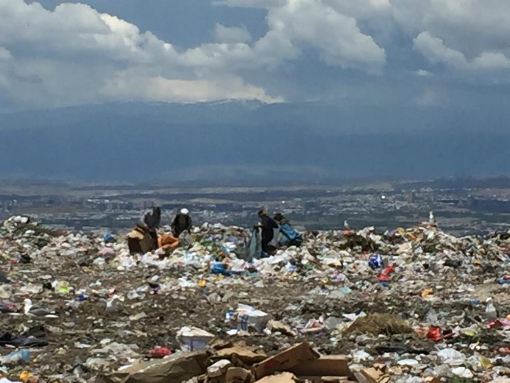 Люди на мусорных свалках в Ереване