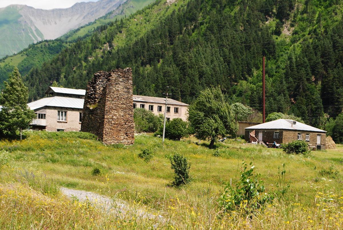 Осетинское горное село. Древняя башня