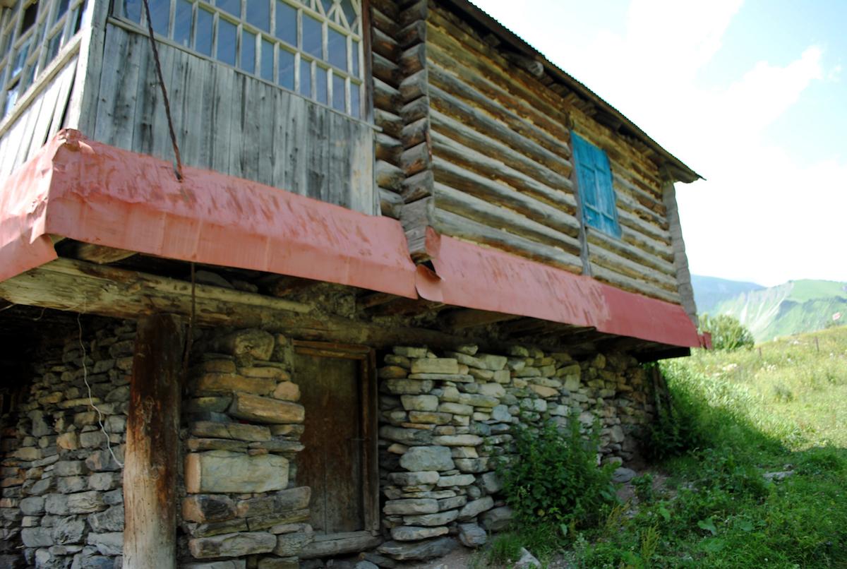 Осетинское горное село, старинный дом