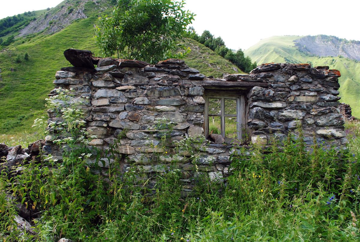 Осетинское горное село, стена дома 19 века