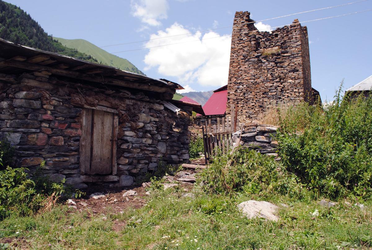 Осетинское горное село, дом традиционной постройки