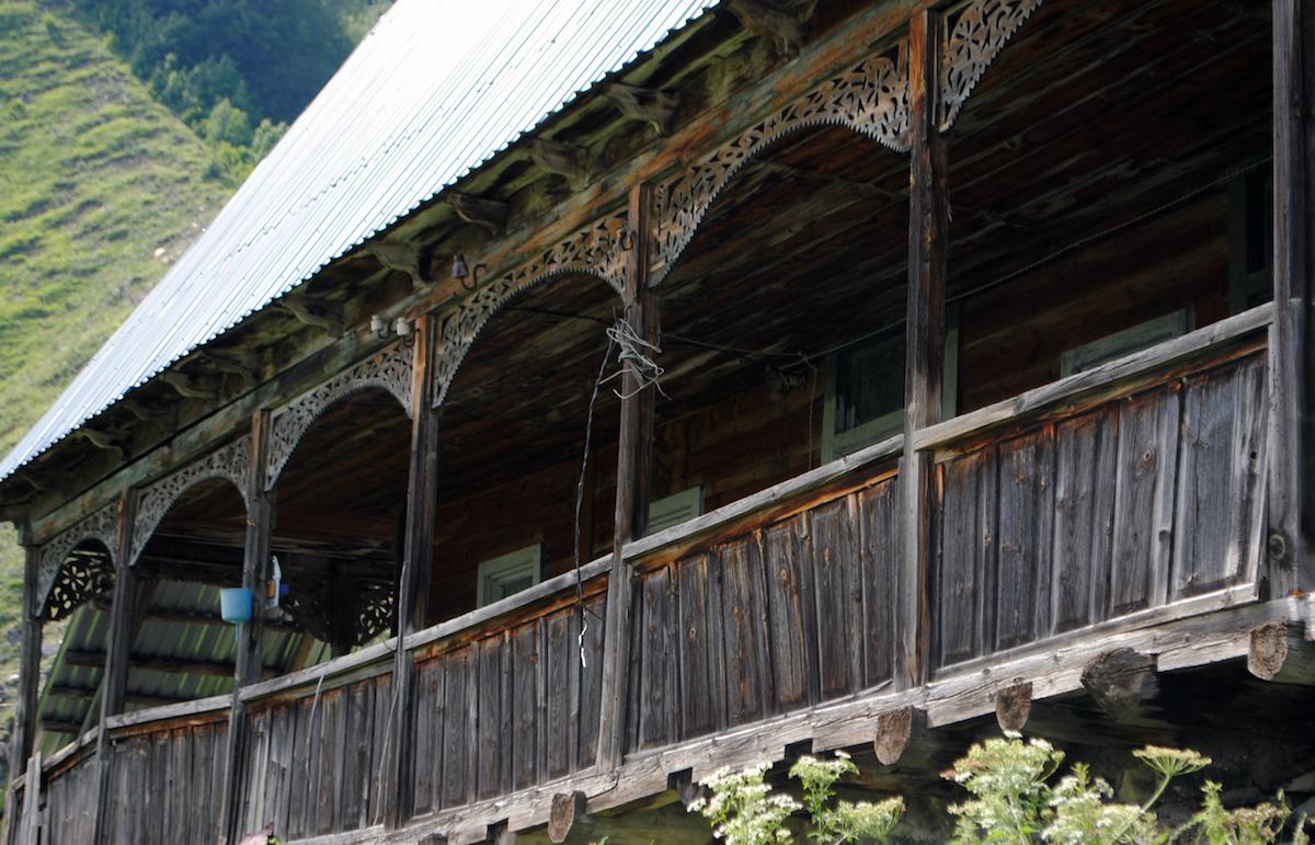 Осетинское горное село, балкон с традиционным орнаментом