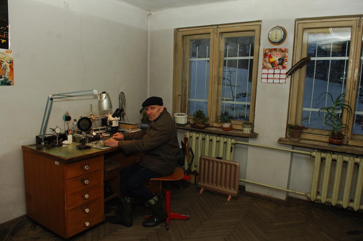 ოპტიკისა და ტექნიკის ლაბორატორია – ანდრანიკ ამბარცუმიანი მუშაობის დროს