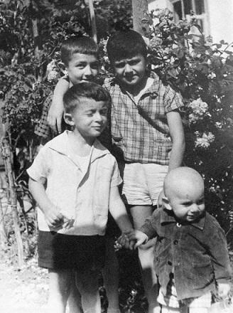7.გუდაუთა. ასლანი და ვაჟა (მეორე რიგში) მეზობლის ბავშვებთან (ფოტო ვ.კაკაბაძის არქივიდან)