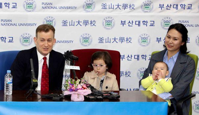 Kelli ailəsi mətbuat konfransında Pusan universitetinin fotosu