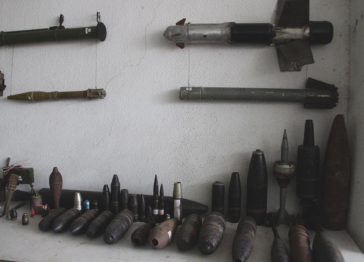 Кассетные бомбы, августовская война 2008. Боеприпасы, извлеченные из земли сотрудниками Halo Trust в бывшей зоне боевых действий 2008 года. Фото: Давид Пипиа, JAMnews. Гори, Грузия