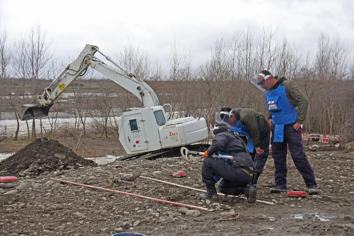 Сотрудники Halo Trust ведут работы по разминированию в бывшей зоне боевых действий 2008 года. Фото: Давид Пипиа, JAMnews. Дзевера, Грузия.