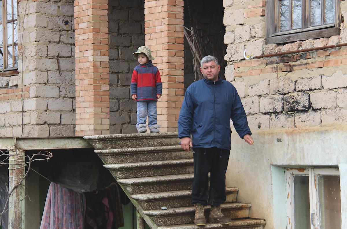 Картлос Сурамели чудом выжил во время бомбежки, на его участке нашли 160 частей кассетных бомб. Фото: Давид Пипиа, JAMnews, Броцлети, Грузия. Кассетные бомбы, августовская война 2008