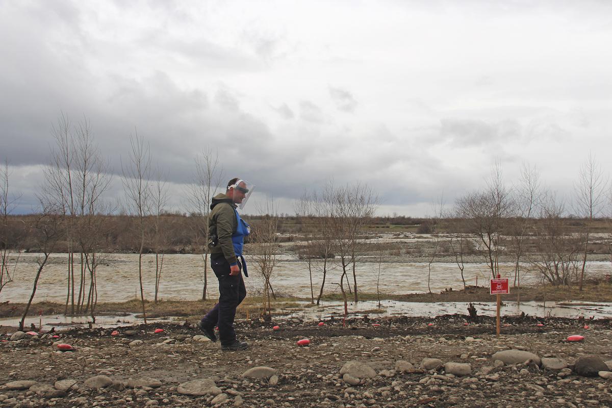 Сотрудники Halo Trust ведут работы по разминированию в бывшей зоне боевых действий 2008 года. Фото: Давид Пипиа, JAMnews. Дзевера, Грузия. Кассетные бомбы, августовская война 2008