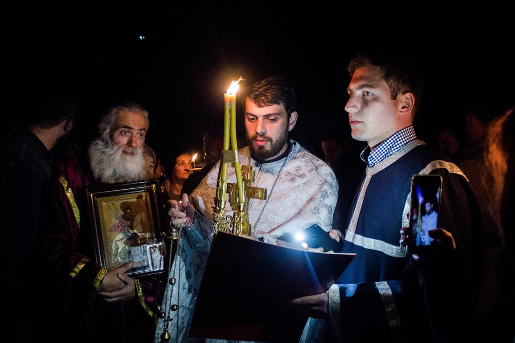 Священник проводит пасхальную литургию.  Что такое лело - грузинская игра в мяч? Фото JAMnews/Ангешка Зиэлонка