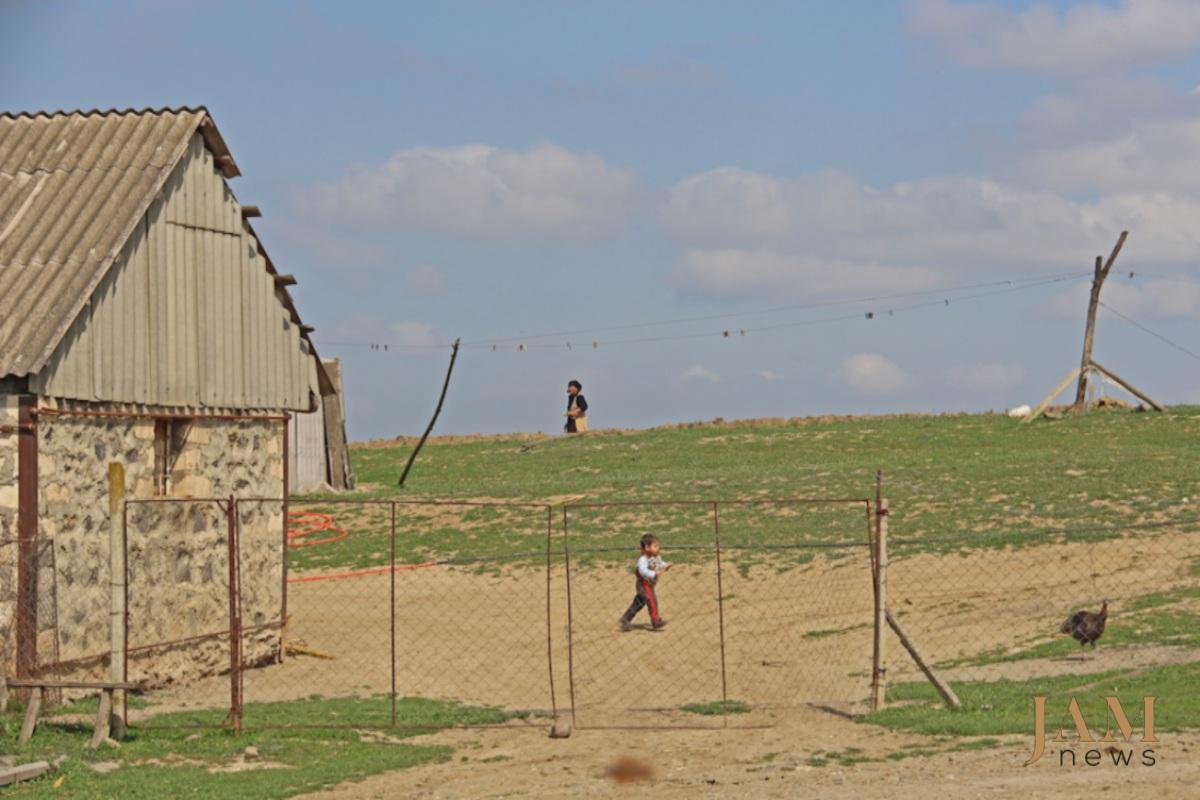 Bu uşaq mina sahəsindən 500 metr aralıda yaşayır. Kirəc Muğanlı, Gürcüstan, Foto: David Pipia,  JAMnews. Azərbaycan-Gürcüstan sərhədindəki minalar