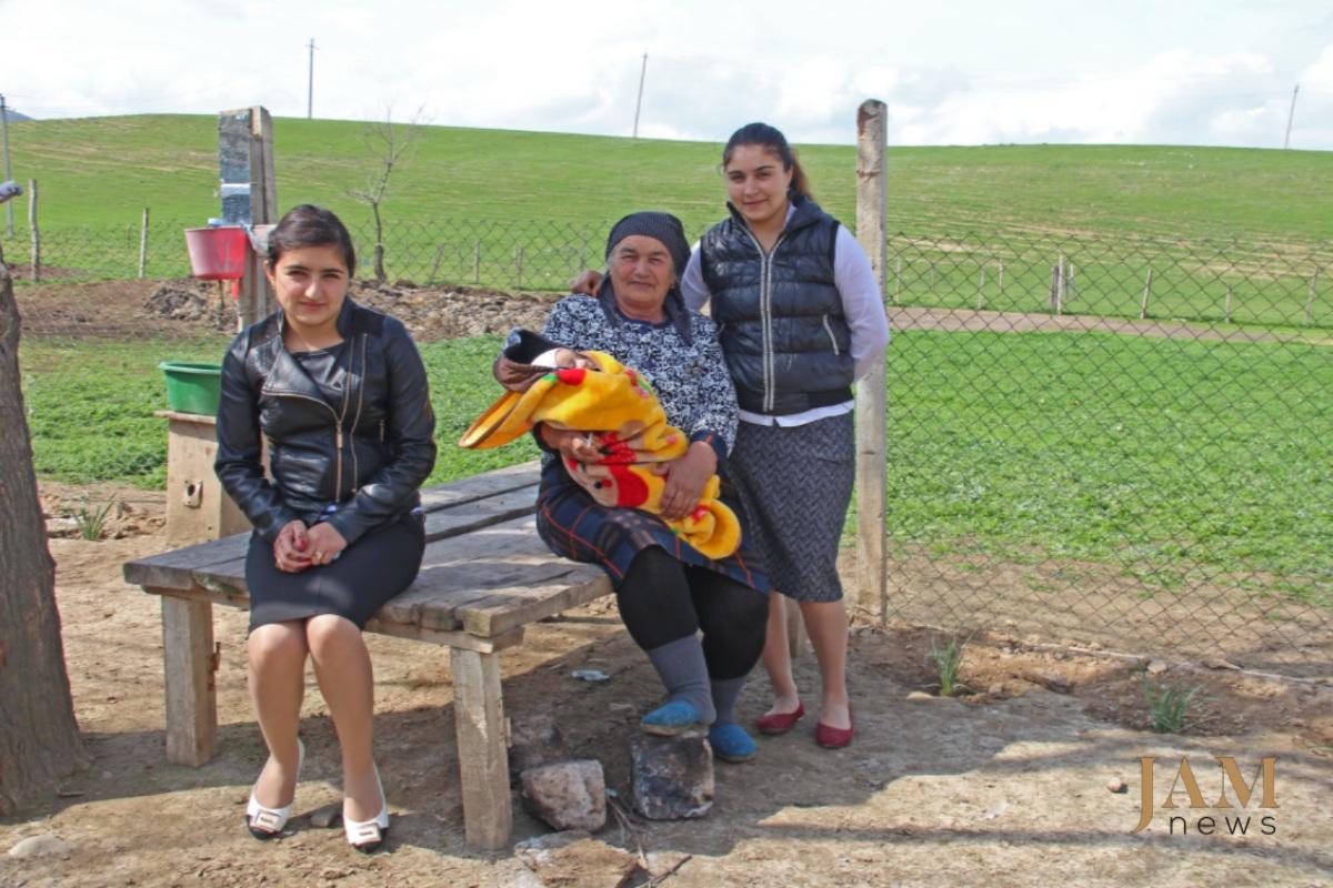 Մամիշ Մուսաևի կինը, նրա թոռներն ու ծոռն՝ ականադաշտի ֆոնին: Կիրաչ-Մուգանլո գյուղ, Վրաստան: Լուսանկարը՝ Դավիթ Պիպիայի, JAMnews: Ականները՝ վրաց-ադրբեջանական սահմանին