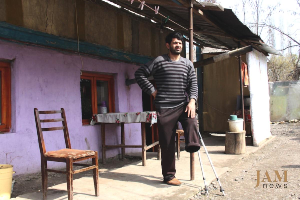 Սարխան Մուսաևը երազում է աշխատանքի մասին: Արդեն հինգ տարի է, ինչ գրեթե տնից դուրս չի գալիս: Կաչագան, Վրաստան: Լուսանկարը՝ Դավիթ Պիպիայի, JAMnews: Ականները՝ վրաց-ադրբեջանական սահմանին