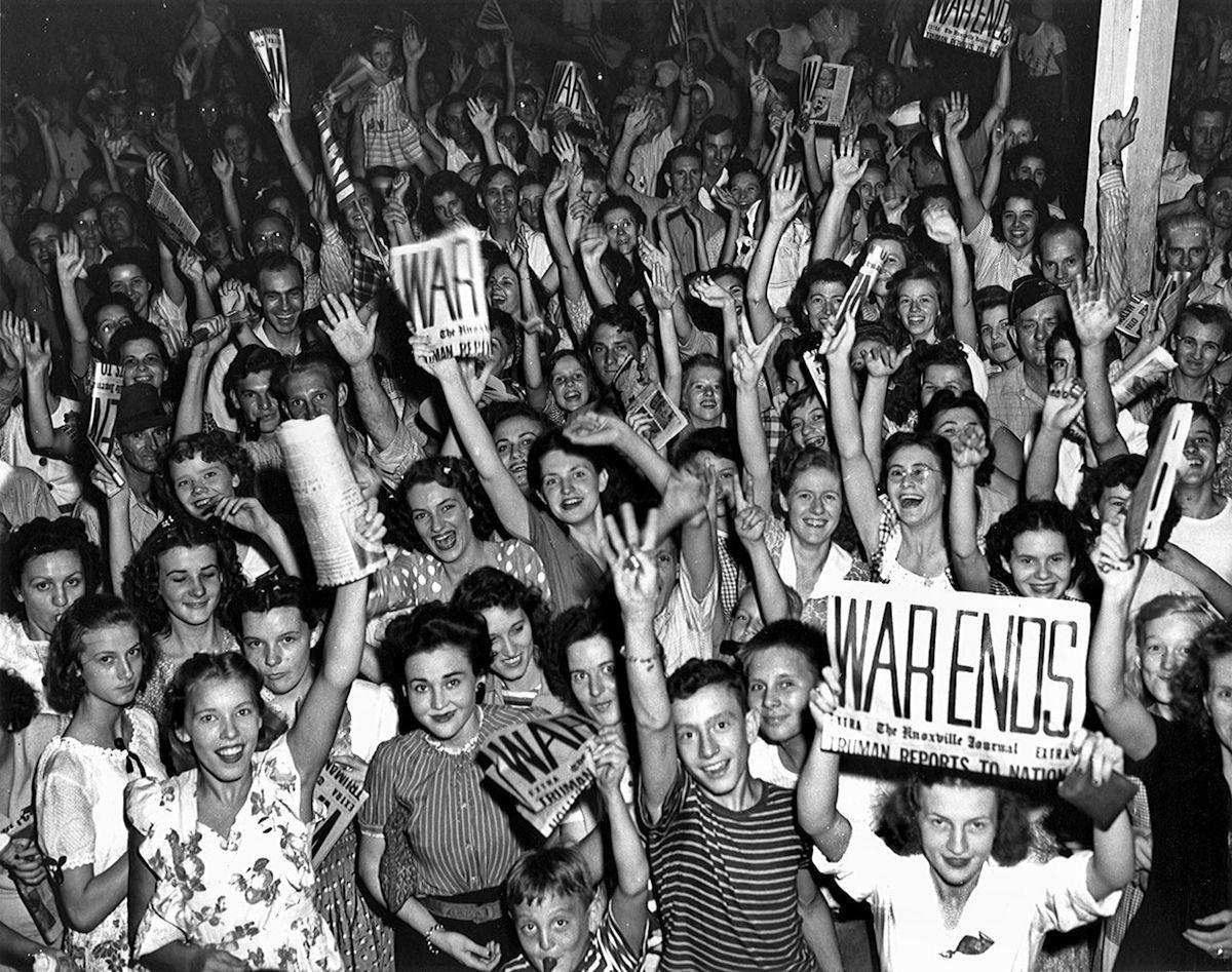 Автор фото Ed Westcott. Жители Oak Ridge в штате Теннесси в США празднуют окончание второй мировой войны. Фото взято из открытого архива WikiCommons