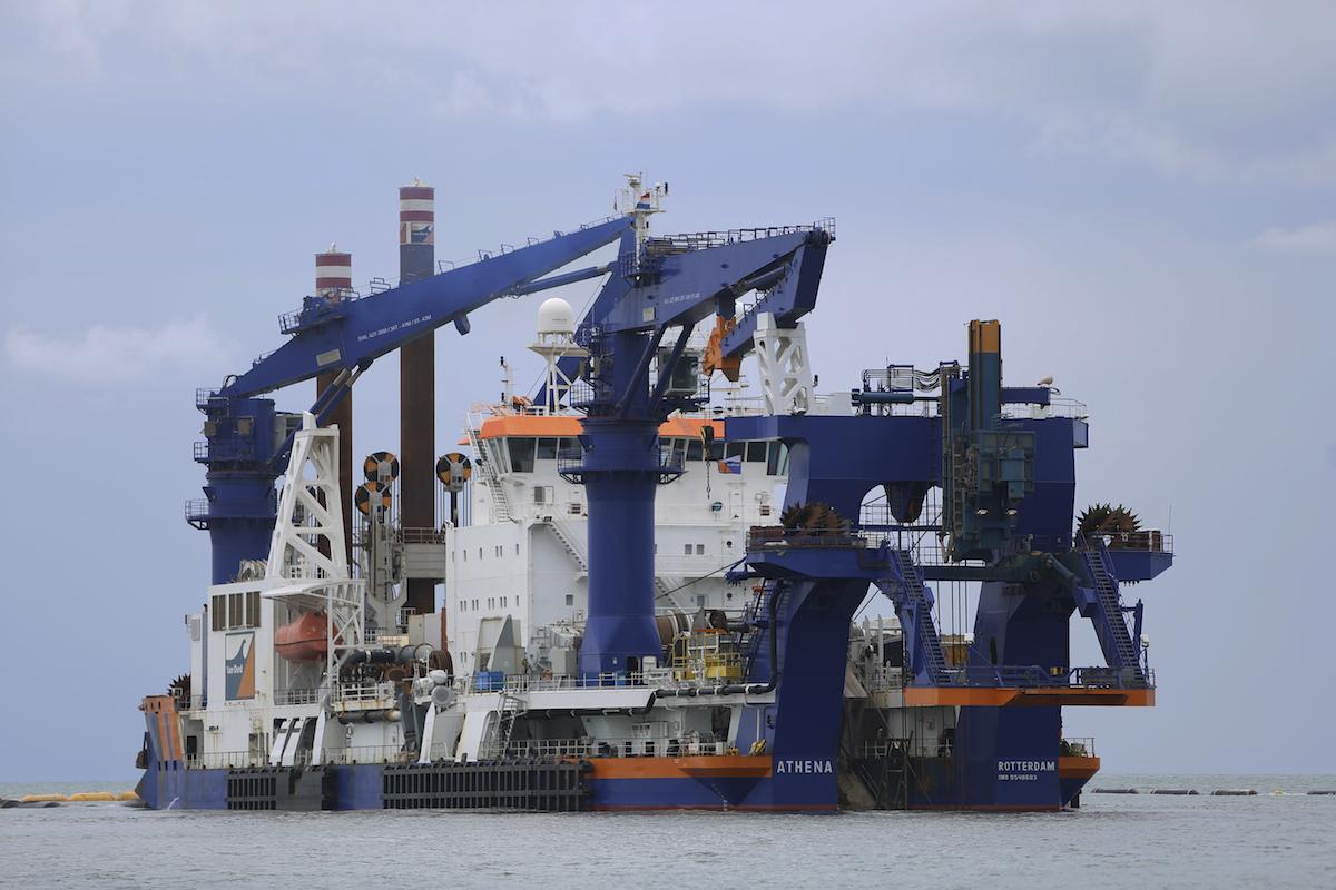 Корабль «Атена» углубляет морское дно. Строительство первого глубоководного порта в Анаклии