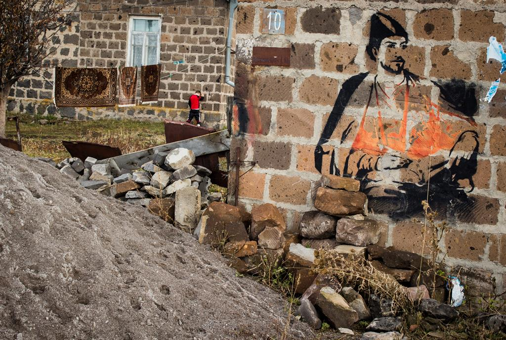 Graffiti on a house in Javakheti. Photo: Agnieszka Zielonka, JAMnews. Russian propaganda and Azerbaijanis and Armenians in Georgia