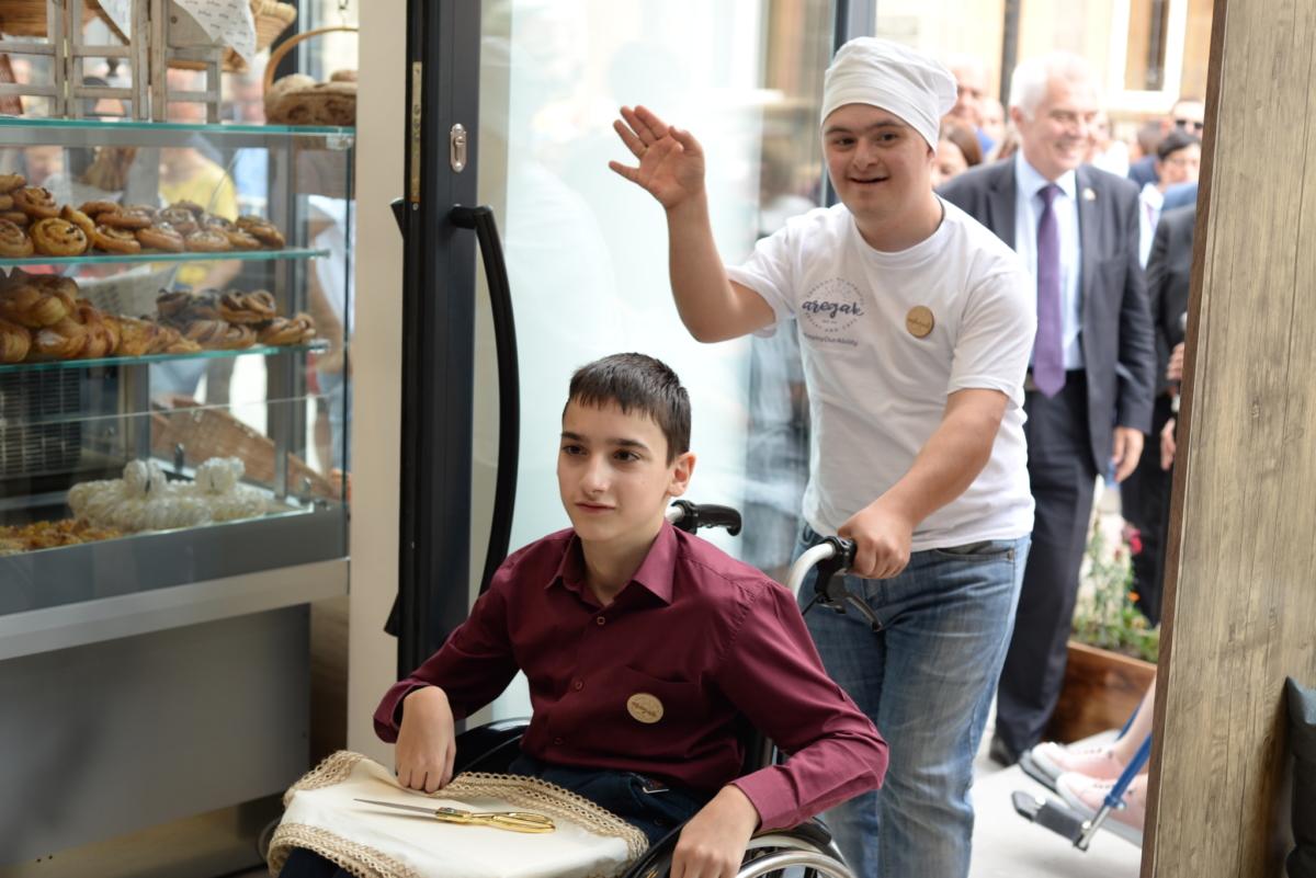 Работа для людей с синдромом Дауна и аутизмом. Фото JAMnews