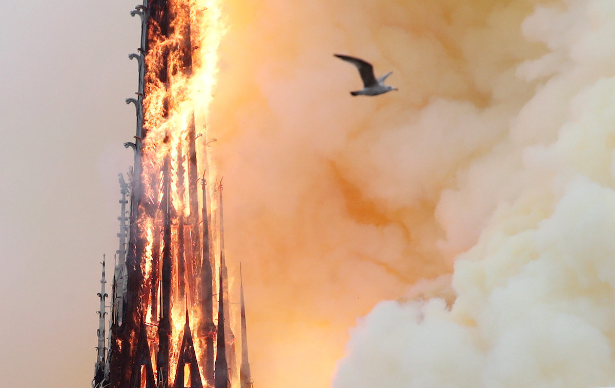 Разрушительный пожар в соборе Нотр-Дам в Париже. В том числе обрушился знаменитый шпиль. 15 апреля 2019