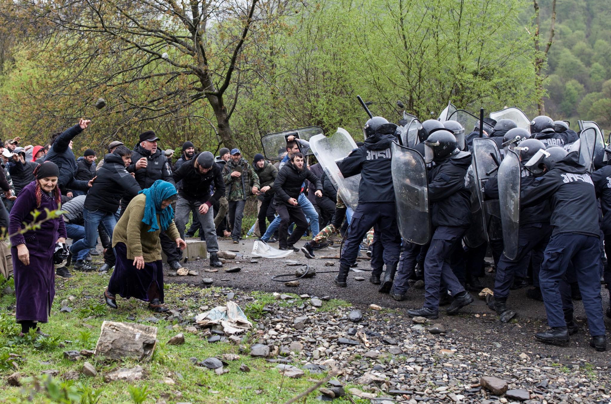 Столкновения между жителями Панкиси и спецназом полиции. Фото: REUTERS/Екатерина Анчевская. В Грузии население активно протестует против строительства новых гидроэлектростанций