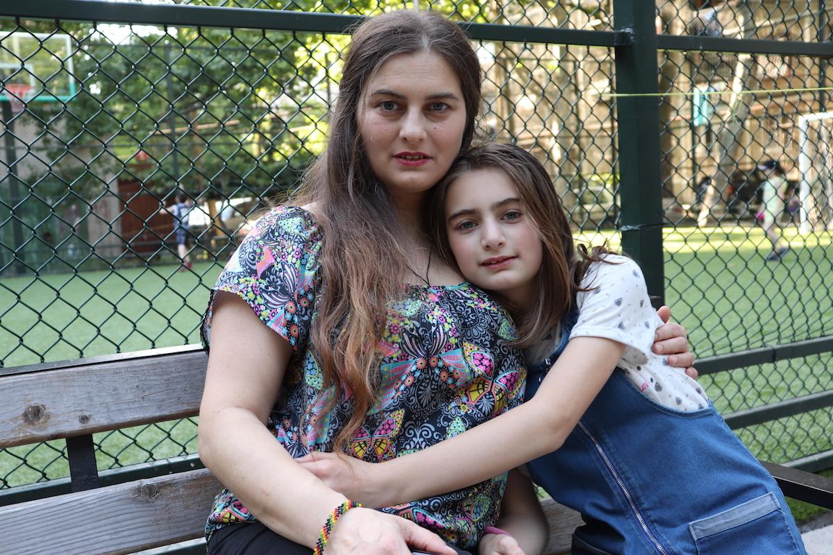 Нанука и Эленико. Фото: Нино Меманишвили, JAMnews . Буллинг в школах Грузии: когда нельзя быть непохожим на других