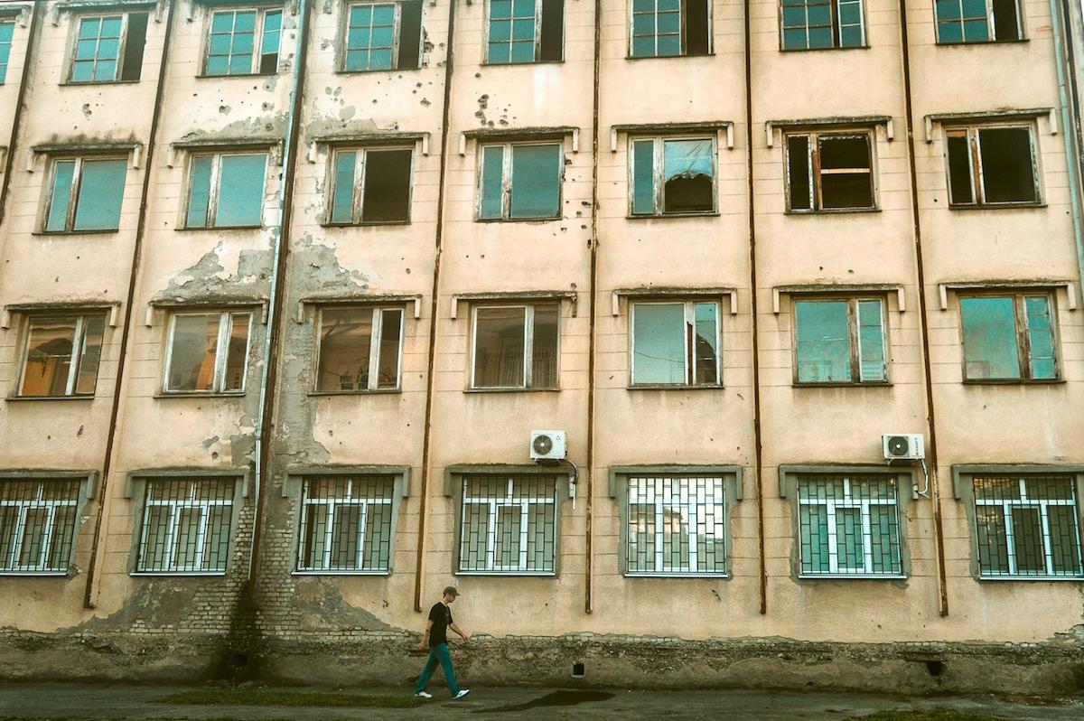 ბიჭი სოხუმის ქუჩაში. ფოტო: პატრიკ სალატი On Sokhumi Street. Photo: Patrick Salat, JAMnews