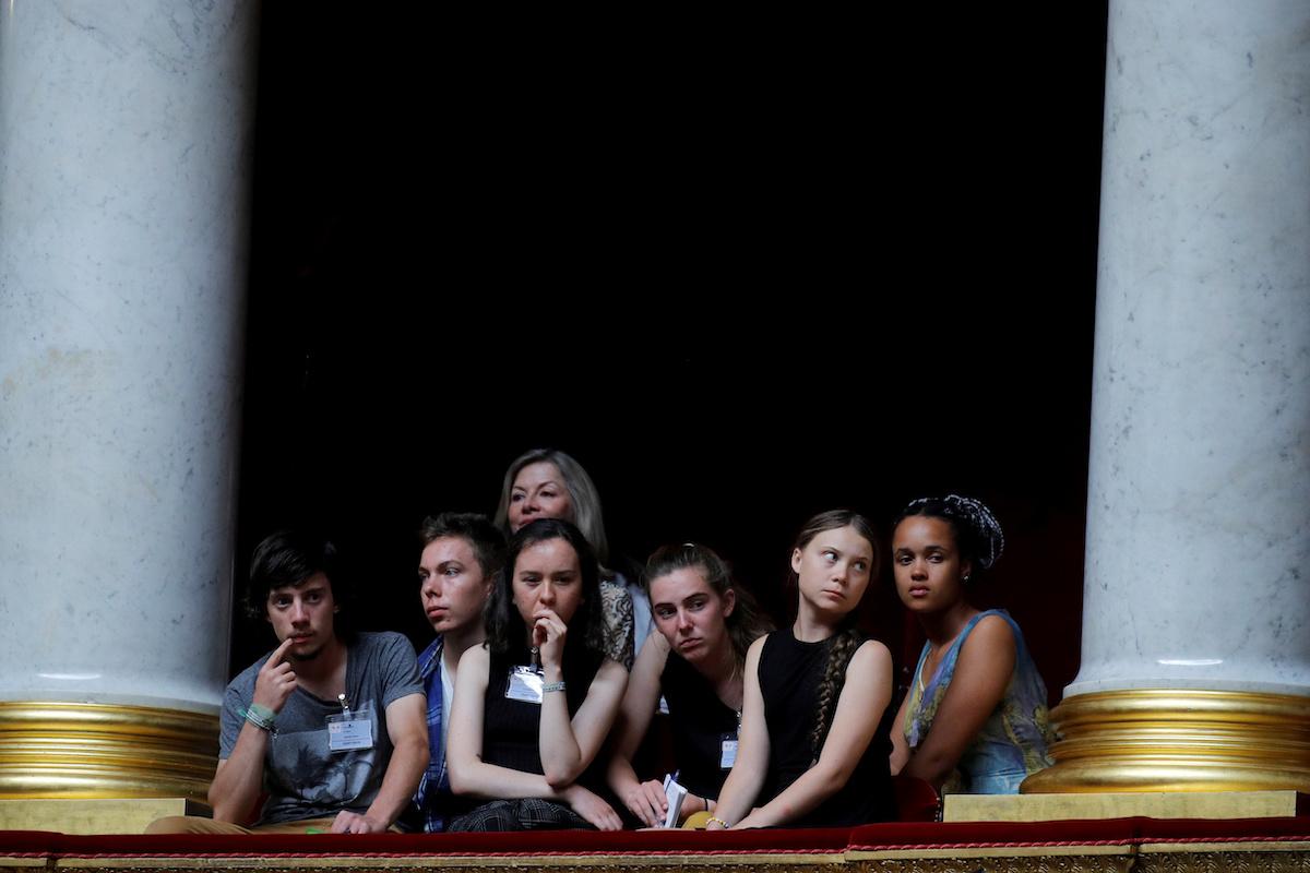 На фотовместе с Гретой Тунберг - французские активисты движения «Молодежь за климат» готовятся принять участие в заседании правительства в Париже 23 июля 2019 года.