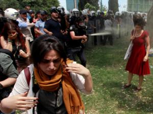 Слезоточивый газ на площади Таксим в Стамбуле. Турецкий спецназ разгоняет многотысячный протест против проекта строительства пешеходного перехода на месте сквера. Снимок сделан 28 мая 2013 года.REUTERS/Osman Orsal