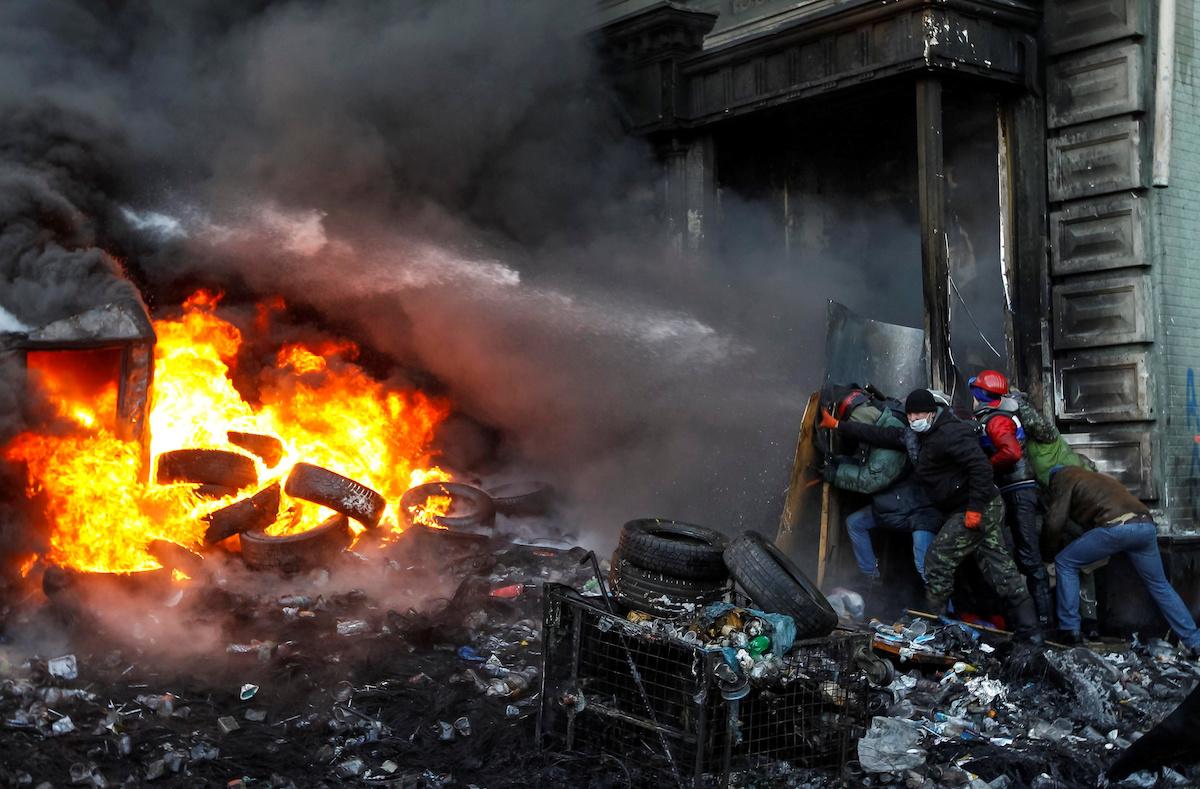 В феврале 2014 года начались протесты в Украине, которые теперь известны как Революция Евромайдана или Революция достоинства