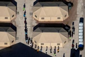 Дети мигрантов в США, которых отобрали у родителей и поместили в лагеря