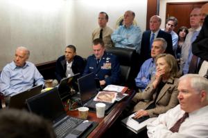 Президент США Барак Обама, вице-президент Джо Байден с членами Совета по национальной безопасности слушают отчет о миссии против Усамы бен Ладена