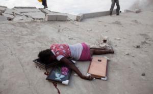 15-летнюю Фабианну Гейсмар застрелила полиция, когда она в числе тысяч других мародеров грабила магазины в Порт-о-Пренсе на Гаити. Она выносила ковры в момент, когда ее настигла полиция. 19 января, 2010.REUTERS/Carlos Garcia Rawlins
