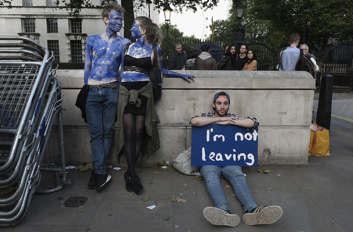 И тогда на улицах Лондона прошла миллионная демонстрация тех, кто хотел остаться в Европейском Союзе. Фото снято 28 июня 2016
