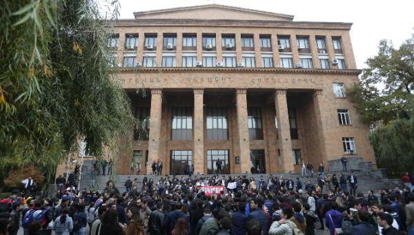 არაიკ არუთიუნიანი, სომხური ენა, ერევნის სახელმწიფო უნივერსიტეტი, გაფიცვა, არასავალდებულო საგნები, უმაღლესი განათლება, უმაღლესი სასაწავლებელი