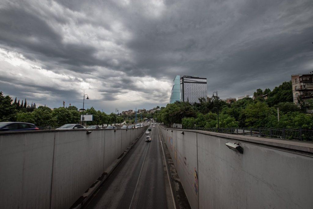 Tbilisi küçəsində avtomobillərავტომობილები თბილისის ქუჩაში