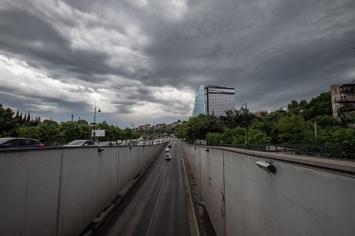 Автомобили на улице Тбилисиავტომობილები თბილისის ქუჩაში