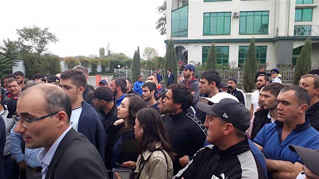 Люди собрались на улицах Южной Осетии. ხალხი სამხრეთ ოსეთში საბაჟო წესების გამკაცრებას აპროტესტებს