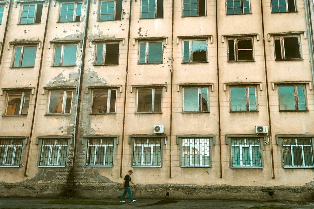 ბიჭი სოხუმის ქუჩაში. ფოტო: პატრიკ სალატი
