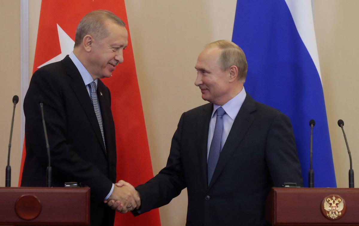 Վլադիմիր Պուտինն ու Ռեջեփ Թայիփ Էրդողանը რუსეთის პრეზიდენტი ხელს ართმევს თურქეთის პრეზიდენტს