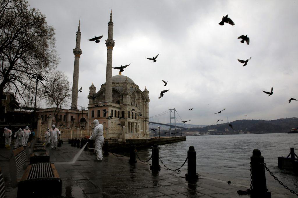 Թուրքիան համաճարակի դեմ պայքարի իր մոդելն է կիրառում․ դիմակներ, հեռավորություն, սակայն բաց խանութներ և գրասենյակներ։ Իսկ ով դեմ է, բանտ են նստեցնում