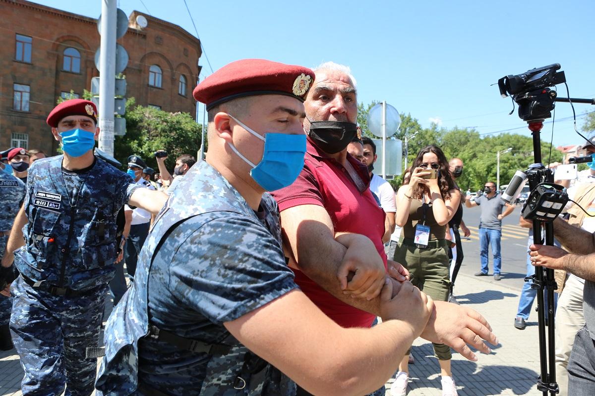 Армения, допрос Царукяна, обыск в доме, акция протеста, Процветающая Армения, политические репрессии, политическое преследование,