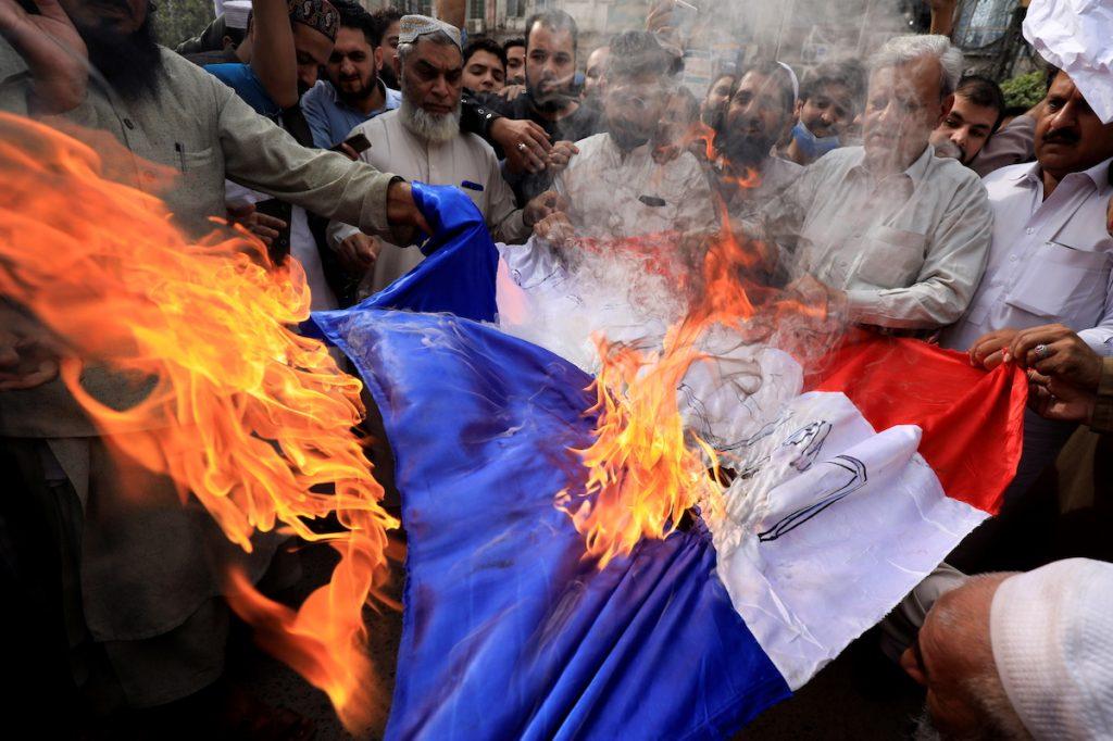 პეშავარი, პაკისტანი, ადამიანები საფრანგეთის დროშას წვავენ და წინასწარმეტყველი მუჰამედის კარიკატურების გამოქვეყნებისა და პრეზიდენტ მაკრონის მიერ მუსლიმების მიმართ გაკეთებული განცხადებების საწინააღმდეგო ლოზუნგებს ყვირიან. Peshawar, Pakistan October 28, 2020. REUTERS/Fayaz Aziz