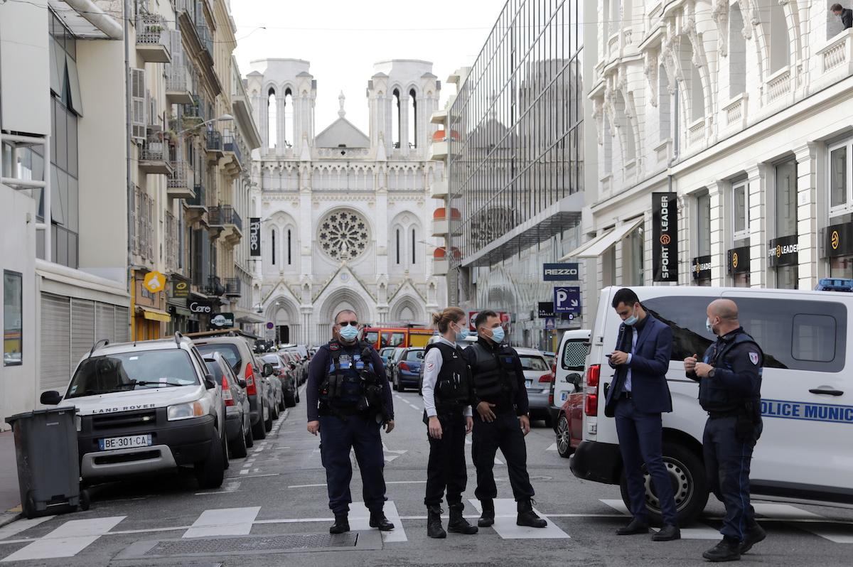 პოლიცია ეკლესიის წინ ნიცაში, სადაც დანით შეიარაღებული მამაკაცი მორწმუნეებს დაესხა თავს. 29 ოქტომბერი, 2020. REUTERS/Eric Gaillard