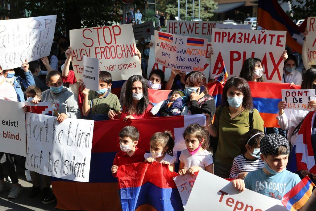 видео, Ереван, война в Карабахе, посольство России, акция матерей солдат, вмешательство в конфликт России, прекращение военных действий, добровольцы у военкоматов, доброволец поет песню, церкви, колокола,