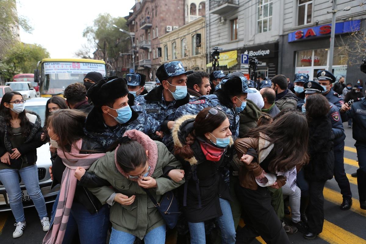 Армения, акции протеста, заявления, комментарии, 19 ноября, дипломатия, министр иностранных дел, микроавтобус, наезд на участников протеста, Ереван, омбудсмен, нарушение прав пленных армян Азербайджаном,