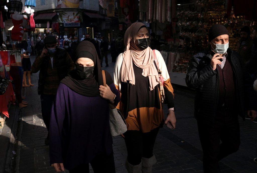 На улицах Стамбула в разгар эпидемии REUTERS/Murad Sezer . Туризм и коронавирус в Турции
