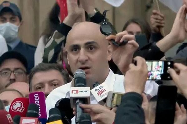 Лидер оппозиции в Грузии под угрозой ареста. Глава «Единого национального движения Грузии» Ника Мелия снимает электронный браслет, который отслеживает его передвижения. Тбилиси, 1 ноября 2020 г. Фото: for. ge