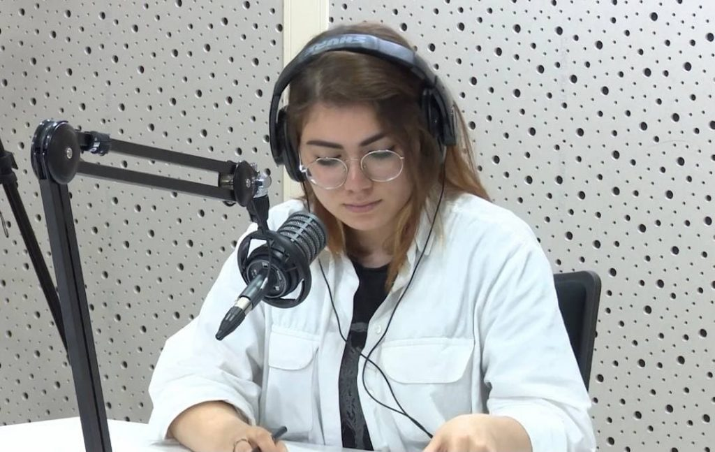 Pəri Abbaslı radioda veriliş aparıcısı kimi
