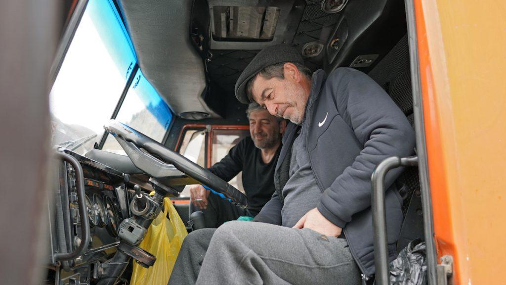 Վարորդները Ռազմավրացական ճանապարհի երթևեկության վերականգնմանը սպասելիս, 2021 թ-ի մարտ։ Լուսանկարը՝ Դավիթ Պիպիայի, JAMnews