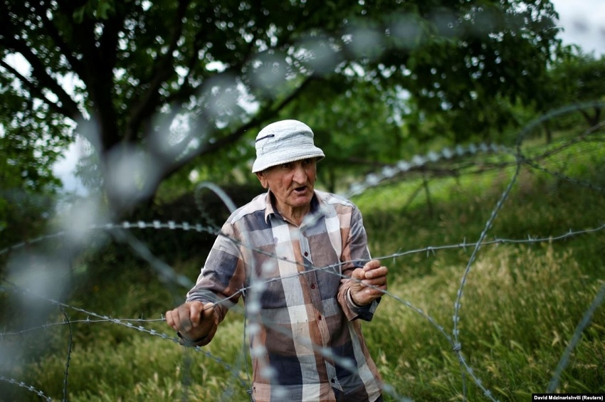 Data Vanishvili. REUTERS / David Mdzinarishvili. The story about grandfather Data, who lives behind barbed wire in the village of Khurvaleti in Georgia