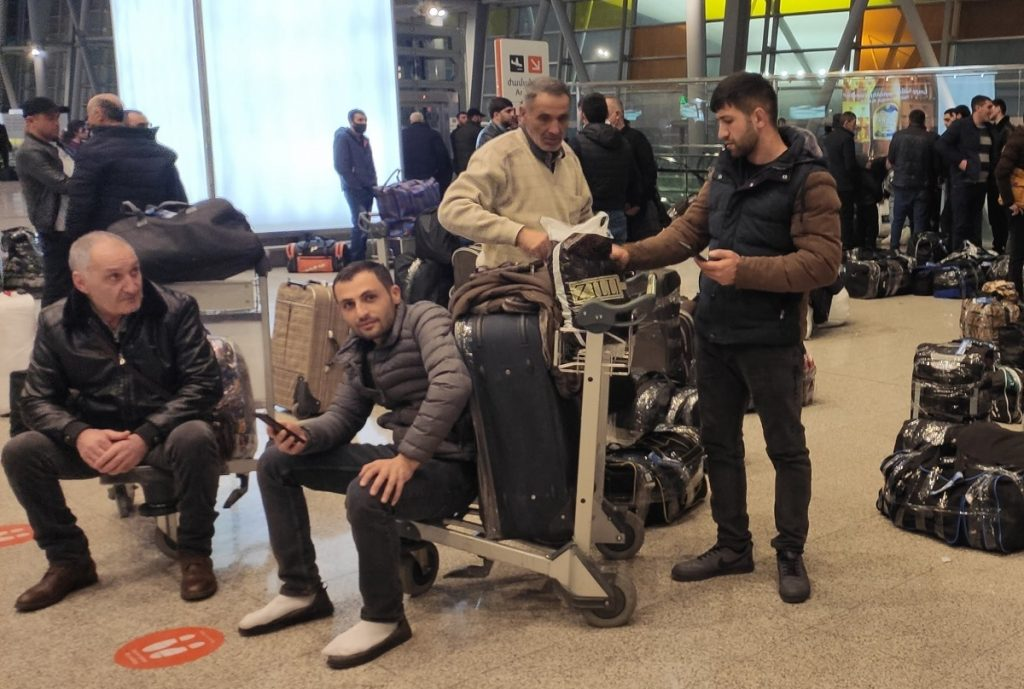 Thousands of people leave Armenia